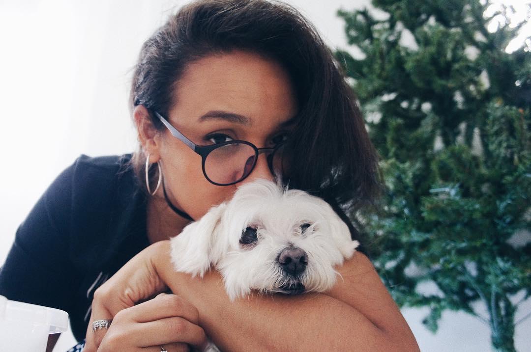 The dog named Chuck berry e eu (ele me ama, porém está cansado dos abraços afetuosos)
